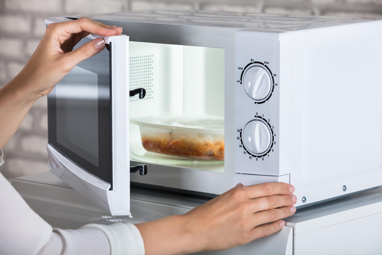 women using microwave